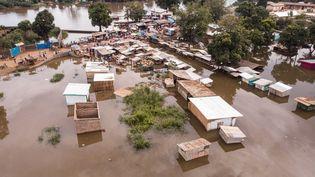 Photo aérienne d'un quartier de Bangui envahi par les eaux de l'Oubangui, le 28 octobre 2019. (FLORENT VERGNES / AFP)