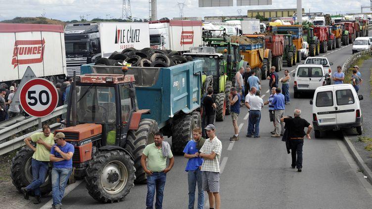 Des éleveurs bloquent l'A84 à proximité de Caen (Calvados), lundi 20 juillet 2015. (  MAXPPP)