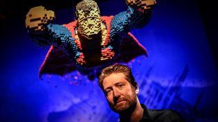 Nathan Sawaya devant son Superman en Lego, le 26 avril 2018 à la Villette, à Paris. (STEPHANE DE SAKUTIN / AFP)