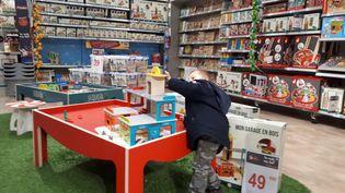 Certains jouets pourraient venir à manquer avant Noël cette année. (SOPHIE AUVIGNE / FRANCE-INFO)