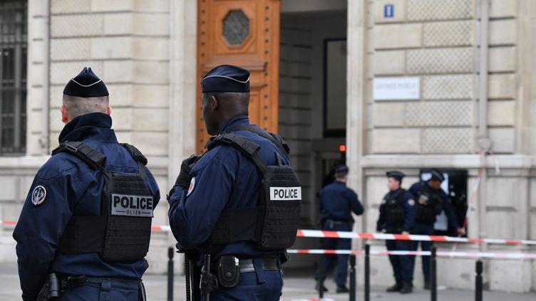 Des agents de police devant la préfecture de police de Paris, après l'attaque qui a fait quatre morts, le 3 octobre 2019. (JULIEN MATTIA / AFP)