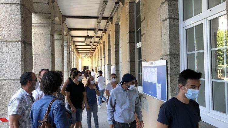 Des bacheliers de Guéret (Creuse) dans l'attente des résultats du bac 2020. (BASTIEN MUNCH / FRANCE-BLEU CREUSE)