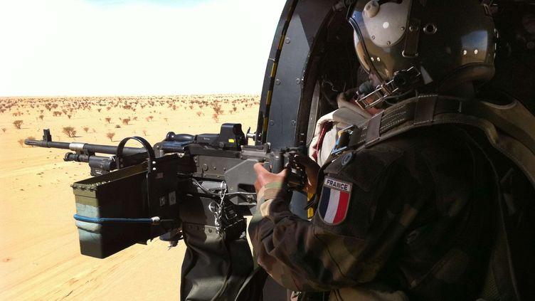 Un militaire français survole le désert près de Tessalit (Mali), le 8 février 2013. (AP / SIPA)