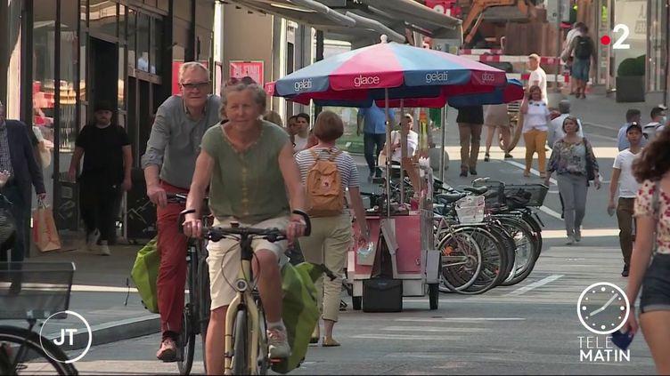 Pas de masque sanitaire dans les rues de Bâle, en Suisse (France 2)
