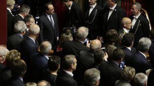 Le président François Hollande arrive dans la salle accueillant les parlementaires réunis en Congrès, le 16 novembre 2015, au Château de Versailles (Yvelines). (PHILIPPE WOJAZER / REUTERS)