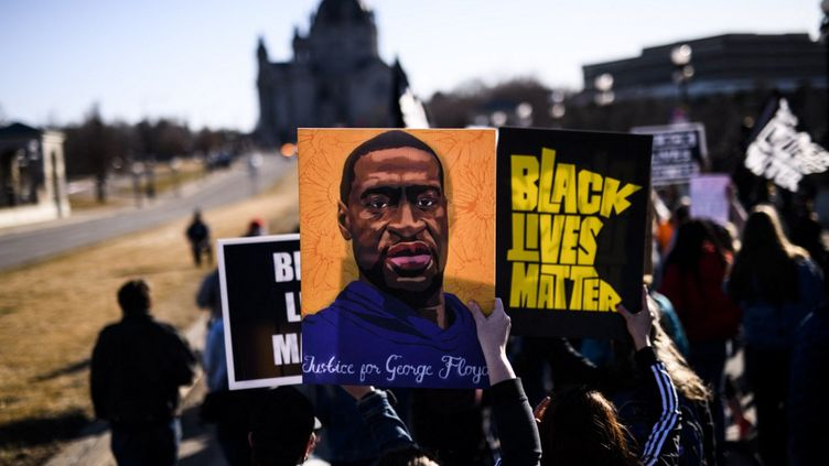 Une manifestation en hommage à George Floyd a lieu devant le Capitole du Minnesota, à Saint Paul, le 19 mars 2021. (STEPHEN MATUREN / GETTY IMAGES NORTH AMERICA / AFP)