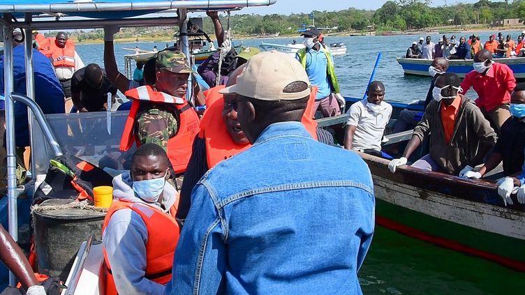 Des sauveteurs recherchent desrescapés et des corps, le 21 septembre 2018, au lendemain du naufraged'un ferry sur la partie tanzanienne du lac Victoria. (STRINGER / REUTERS)