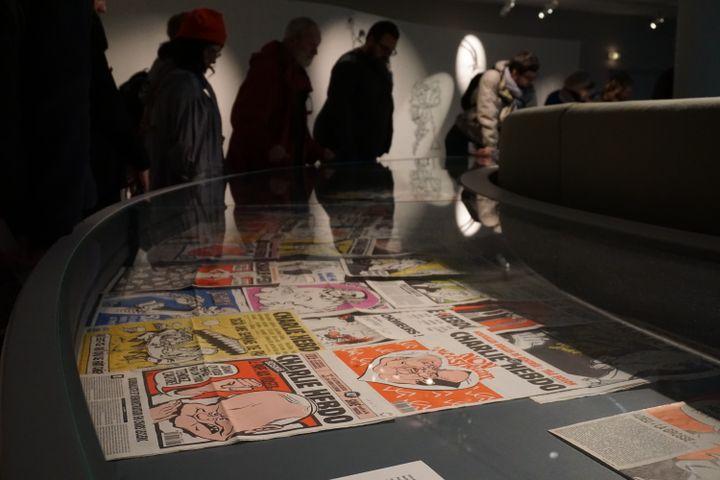 """Des festivaliers visitent l'expostion """"Une histoire de Charlie Hebdo"""", le 30 janvier 2015 lors du festival de la BD d'Angoulême. (JULIE RASPLUS / FRANCETV INFO)"""
