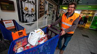 Un bénévole de la banque alimentaire collecte des denrées à Wasquehal (Nord), le29novembre 2018. (MAXPPP)