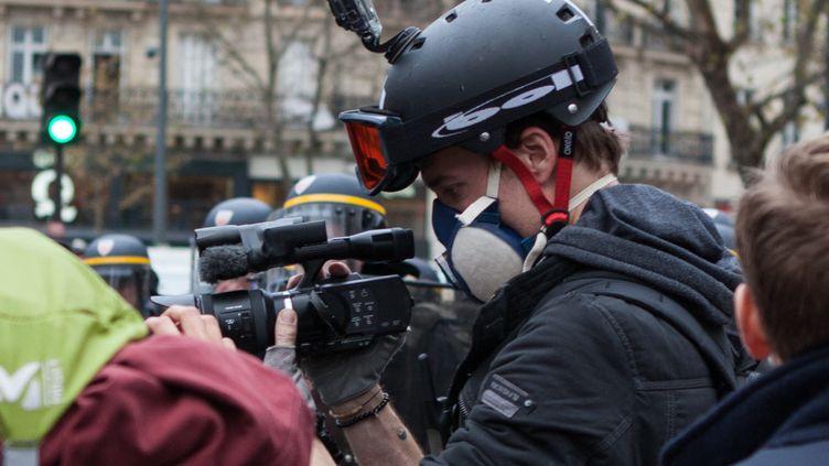 Le journaliste Gaspard Glanz travaille durant une manifestation contre la COP 21. (PIERRE GAUTHERON / HANS LUCAS)