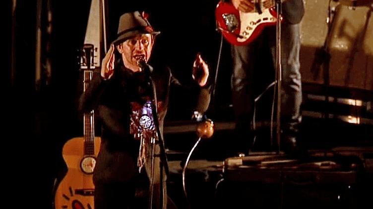 Le chanteur Mathias Malzieur de Dionysos en concert à Valence  (France 3 / Culturebox)