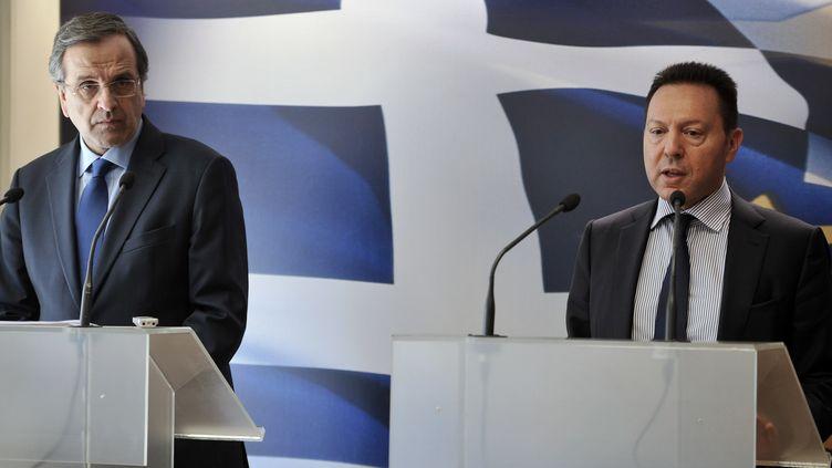 Le Premier ministre grec, Antonis Samaras, et son ministre des Finances,Yannis Stournaras, en conférence de presse à Athènes (Grèce), le 18 mars 2014. (LOUISA GOULIAMAKI / AFP)