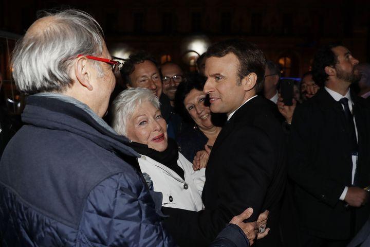 Emmanuel Macron est félicité par Line Renaud et Stéphane Bern lors de son élection, le 7 mai 2017. (THOMAS SAMSON / POOL / AFP)