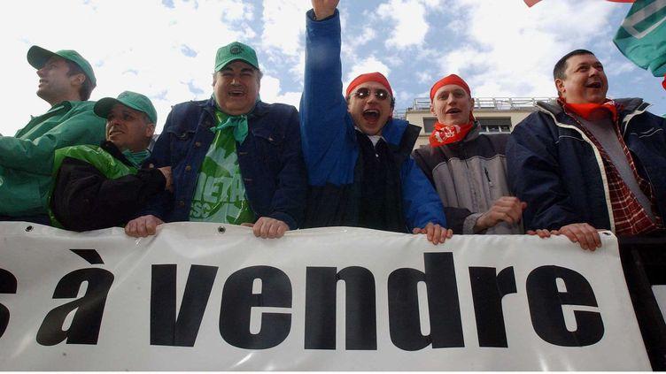 Les ouvriers de l'entreprise ARCELOR manifestent devant la place de la Bourse de Paris le 25/02/2003 (MOTOR / SIPA)