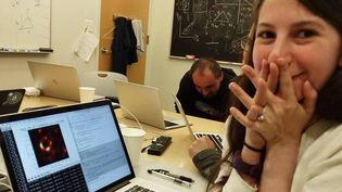 Cette photo, postée sur le compte Facebook de Katie Bouman, saisit le moment où elle découvrela première image d'un trou noir. (KATIE BOUMAN)
