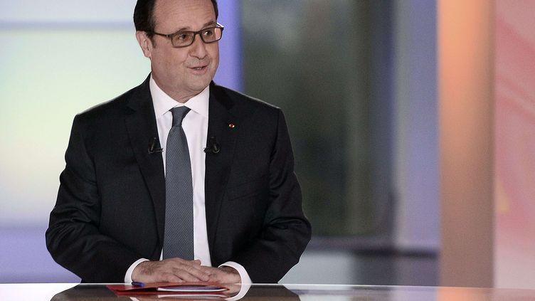 """François Hollande, le 14 avril 2016 sur le plateau de """"Dialogues citoyens"""", sur France 2. (STEPHANE DE SAKUTIN / AP / SIPA)"""