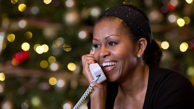 Michelle Obama au téléphone à l'occasion des fêtes de Noël, le 24 décembre 2012 à la Maison Blanche, à Washington (Etats-Unis). (PETE SOUZA / THE WHITE HOUSE)