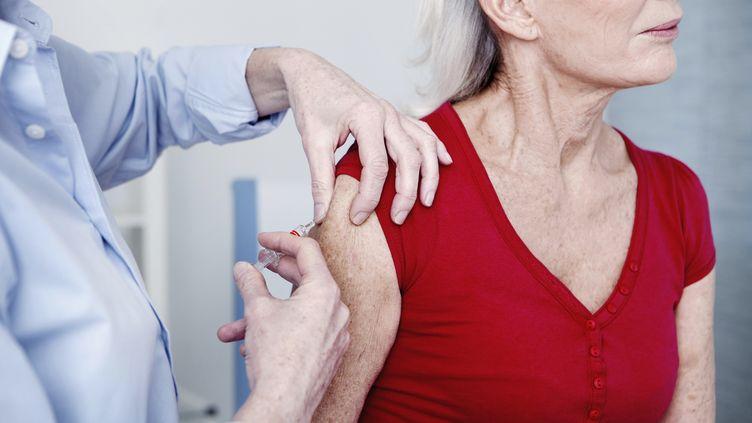 L'Agence italienne de pharmacologie a interdit jeudi 27 novembre deux lots du vaccin Fluad après la mort de trois personnes qui venaient d'être vaccinées et alors qu'une quatrième est tombée gravement malade. (B. BOISSONNET / BSIP / AFP)
