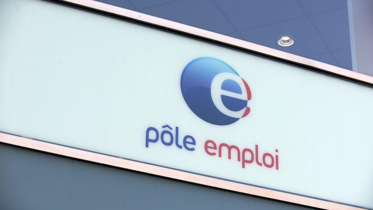 La pancarte d'une âgence Pôle emploi, le 4 avril 2020, à Toulouse (Haute-Garonne). (ALAIN PITTON / NURPHOTO / AFP)