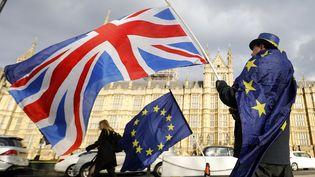 Un homme porte le drapeau du Royaume-Uni devant le Parlement à Londres, le 7 septembre 2020. (TOLGA AKMEN / AFP)
