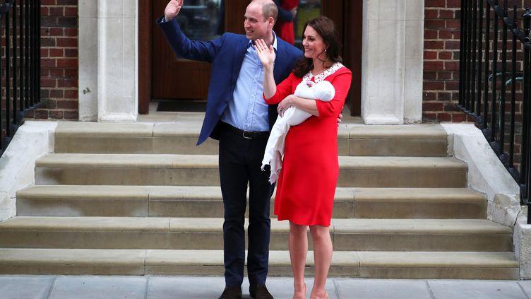 Le prince William et son épouse Kate Middleton quittent l'hôpital St Mary's de Londres avec leur troisième enfant, le 23 avril 2018. (HANNAH MCKAY / REUTERS)