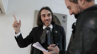 Le mathématicien Cédric Villani parle à un journaliste lors d'une visite à Orsay (Essonne), pendant la campagne des législatives, le 12 mai 2017. (THOMAS SAMSON / AFP)