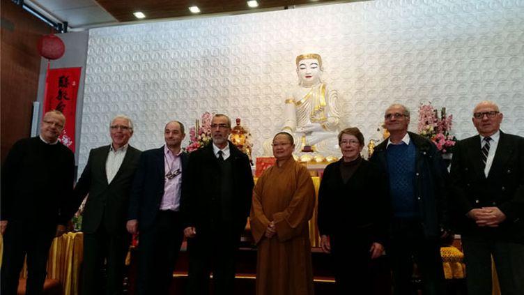 (Les représentants des cultes réunis à la pagode taiwanaise © RADIOFRANCE / Benjamin Illy)