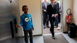 Le Premier ministre, Manuel Valls, visite un centre d'accueil des migrants à Calais le 31 août 2015. (DENIS CHARLET / AFP)