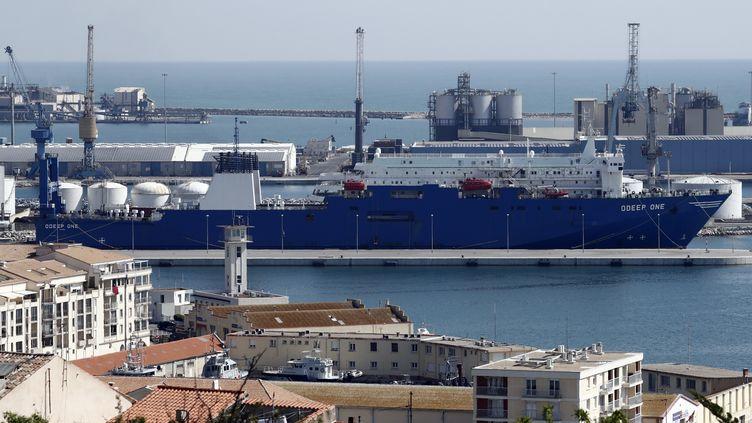 Le navire-usine Odeep One, dans le port de Sète (Hérault), le 2 avril 2020. Le navire spécialisé dans le dessalage et l'embouteillage d'eau de mer s'est reconverti dans la production de solution hydroalcoolique. (GUILLAUME HORCAJUELO / EPA)