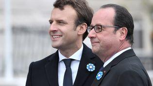 Emmanuel Macron et François Hollande aux commémorations du 8-Mai, à Paris. (STEPHANE DE SAKUTIN / POOL)