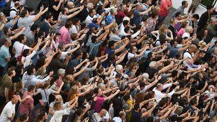 La foule photographie les stars qui défilent sur le tapis rouge du Festival de Cannes en 2018. (ANNE-CHRISTINE POUJOULAT / AFP)