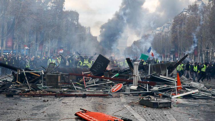 """Une barricade des """"gilets jaunes"""" sur les Champs-Elysées à Paris samedi 24 novembre (OLIVIER CORSAN / MAXPPP)"""