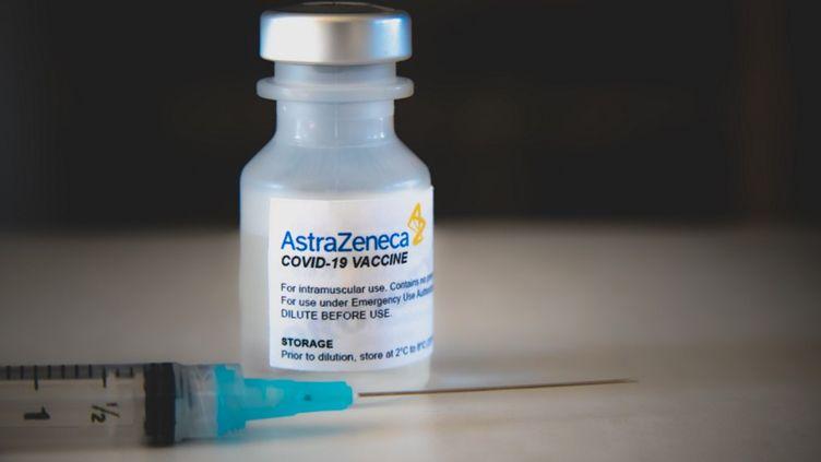 Un flacon du vaccin contre le Covid-19 développé par le groupe AstraZeneca avec l'université d'Oxford. (DAVID HIMBERT / HANS LUCAS / AFP)