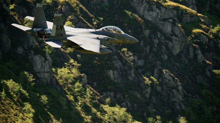 Un avion de chasse F-15 de l'armée américaine vole à basse altitude lors d'un entraînement près de Dolgellau (Royaume-Uni), le 26 juin 2018. (OLI SCARFF / AFP)