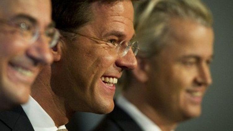 Le ministre de l'Economie et leader chrétien-démocrate Maxime Verhagen, le Premier ministre libéral Mark Rutte et le leader du Parti pour la Liberté Geert Wilders à l'époque de l'entente cordiale, le 30 septembre 2010 à La Haye. (VALERIE KUYPERS / ANP / AFP)
