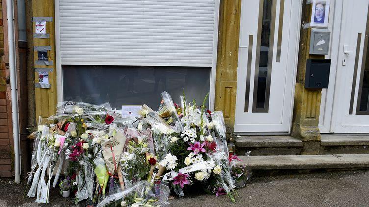 Des fleurs sur les lieux du féminicide d'Hayange (Moselle), le 26 mai 2021. (JEAN-CHRISTOPHE VERHAEGEN / AFP)