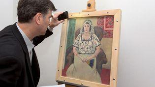 "Un expert devant la toile de Matisse ""Femme assise"" de Matisse, issue de la Collection Cornelius Gurlitt  (Wolf Heider-Sawall / DPA)"