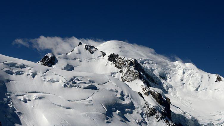 Le pic du massif du Mont-Blanc à 4807 mètres d'altitude, dans les Alpes, en juin 2016. (JEAN-PIERRE CLATOT / AFP)