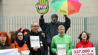 Manifestants devant la chancellerie à Berlin contre les traités de libre échange CETA et TAFTA (ADAM BERRY / GETTY IMAGES EUROPE)