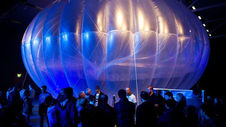 Maquette d'un ballon du projet Loon par Google présenté à Canterbury (Nouvelle-Zélande). Photo d'illustration. (MARTY MELVILLE / AFP)