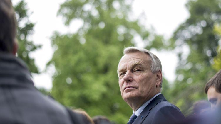 Jean-Marc Ayrault lors d'une visite des jardins de l'hôtel Matignon, vendredi 31 mai à Paris. (FRED DUFOUR / AFP)