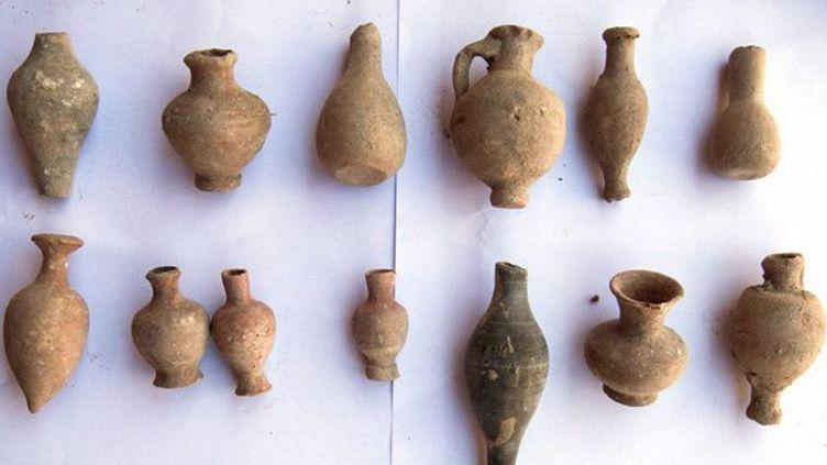 Une photo distribuée par le ministère égyptien des Antiquités, le 4 juillet 2018, montre des fragments de poteries datant des époques gréco-romaine, copte et islamique découvertes dans la deuxième ville d'Alexandrie en Egypte. (Document/Ministère égyptien des antiquités/AFP)