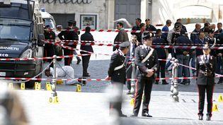 Un cordon de sécurité a été établi devant le palais Chigi, à Rome (Italie), où un homme a ouverte le feu sur des carabiniers, le 28 avril 2013. (REMO CASILLI / REUTERS)