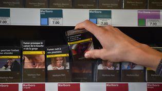 Des paquets de cigarette neutres chez un buraliste de Vertou (Loire-Atlantique), le 27 décembre 2016. (LOIC VENANCE / AFP)