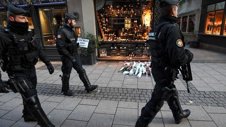 Des forces de l'ordre dans les rues de Strasbourg (Bas-Rhin), sur les lieux de l'attentat, le 13 décembre 2018. (PATRICK HERTZOG / AFP)
