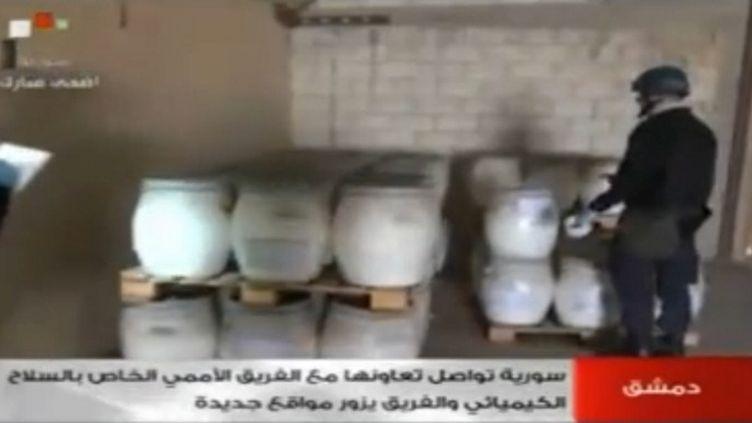 Une capture d'écran de la télévision nationale syrienne montre un envoyé del'Organisation pour l'interdiction des armes chimiques au travail, sur un site non localisé en Syrie, le 19 octobre 2013. (AFP / SYRIAN TELEVISION)