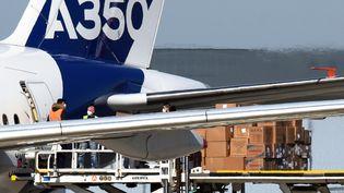 Une cargaison de masques de protection, arrivée depuis la Chine et transportée par un Airbus A350, sur le tarmac de l'aéroport de Toulouse-Blagnac, le 5 avril 2020. (REMY GABALDA / AFP)