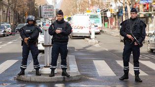 Des policiers sécurisent la rueà proximité du commissariat de la Goutte-d'Or, attaqué par un homme armé d'un couteau le 7 janvier 2016, à Paris. (MICHAUD GAEL / NURPHOTO)