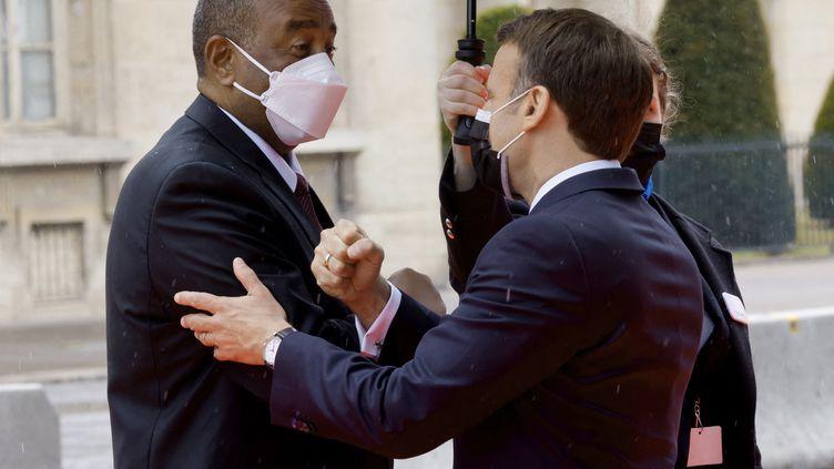 Le président français Emmanuel Macron accueille son homologue soudanais Abdel Fattah al-Burhan avant la conférence internationale pour l'allègement de la dette du Soudan, à Paris, le 17 mai 2021. (LUDOVIC MARIN / AFP)