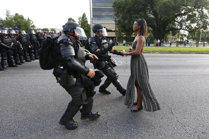 Une manifestante est arrêtée par la police en marge d'un rassemblement de protestation contre la mort d'Alton Sterling, le 9 juillet 2016 à Bâton-Rouge (Etats-Unis). (JONATHAN BACHMAN / REUTERS)